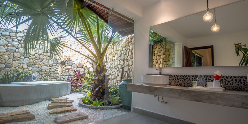 Outdoor Bathroom in Junior Suite Villa in Kep