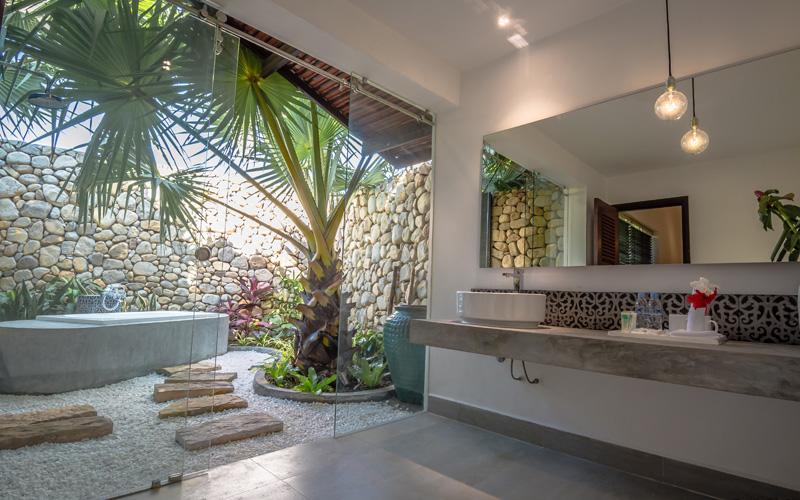 large outdoor bathroom Family Suite Villa